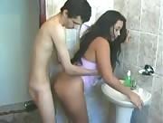 Vidéo amateur Beurette gros cul baisée contre le lavabo